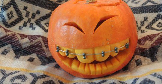 Nicht ganz unsichtbare Zahnspange